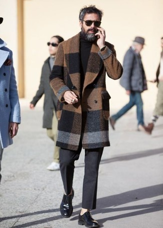 Moda para hombres de 40 años: Empareja un abrigo largo a cuadros marrón con un pantalón de vestir de lana en gris oscuro para un perfil clásico y refinado. Zapatos derby de cuero negros son una opción inigualable para complementar tu atuendo.