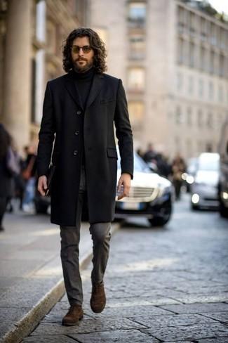 Outfits hombres en clima cálido: Considera ponerse un abrigo largo negro y un pantalón de vestir en gris oscuro para una apariencia clásica y elegante. Zapatos oxford de ante marrónes son una opción incomparable para complementar tu atuendo.