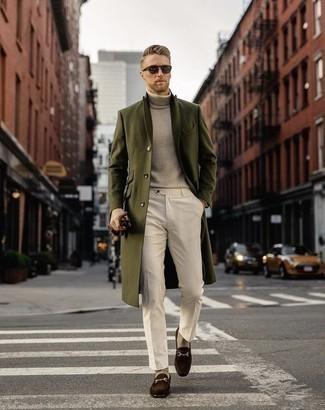 Combinar unos guantes de cuero burdeos: Equípate un abrigo largo verde oliva con unos guantes de cuero burdeos transmitirán una vibra libre y relajada. Dale onda a tu ropa con mocasín de ante en marrón oscuro.