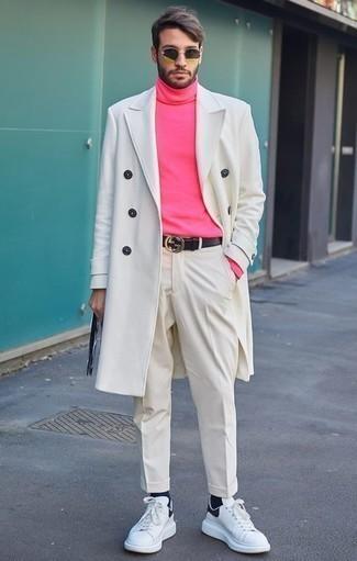 Combinar un jersey de cuello alto rosado: Equípate un jersey de cuello alto rosado con un pantalón de vestir blanco para rebosar clase y sofisticación. Haz este look más informal con tenis de cuero blancos.
