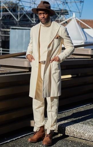Combinar un pantalón de vestir en beige: Ponte un abrigo largo en beige y un pantalón de vestir en beige para un perfil clásico y refinado. Si no quieres vestir totalmente formal, completa tu atuendo con zapatos brogue de cuero marrónes.