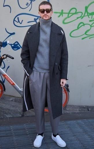 Outfits hombres: Empareja un abrigo largo en gris oscuro junto a un pantalón de vestir gris para un perfil clásico y refinado. Zapatillas slip-on de lona blancas añadirán un nuevo toque a un estilo que de lo contrario es clásico.