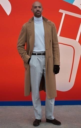 Un abrigo largo de vestir con un jersey de cuello alto blanco para hombres de 30 años: Ponte un abrigo largo y un jersey de cuello alto blanco para crear un estilo informal elegante. Activa tu modo fiera sartorial y haz de zapatos derby de ante en marrón oscuro tu calzado.