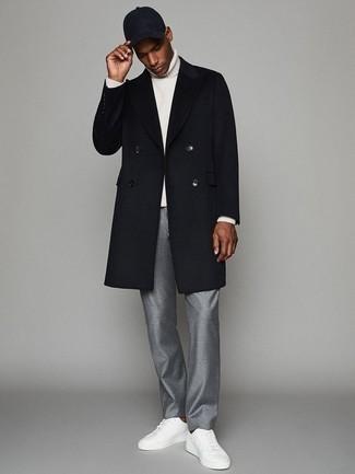Outfits hombres: Ponte un abrigo largo azul marino y un pantalón de vestir gris para una apariencia clásica y elegante. ¿Quieres elegir un zapato informal? Elige un par de tenis de cuero blancos para el día.