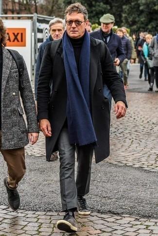 Combinar unos tenis de ante grises: Ponte un abrigo largo negro y un pantalón de vestir gris para rebosar clase y sofisticación. Tenis de ante grises contrastarán muy bien con el resto del conjunto.