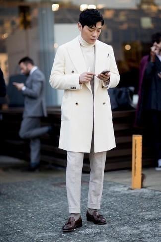 Combinar un mocasín con borlas de cuero burdeos: Ponte un abrigo largo blanco y un pantalón de vestir gris para una apariencia clásica y elegante. ¿Quieres elegir un zapato informal? Complementa tu atuendo con mocasín con borlas de cuero burdeos para el día.