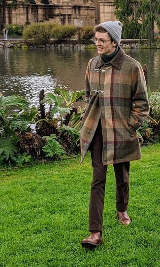 Combinar un gorro gris: Para un atuendo tan cómodo como tu sillón utiliza un abrigo largo de tartán en multicolor y un gorro gris. Luce este conjunto con botines chelsea de cuero marrónes.
