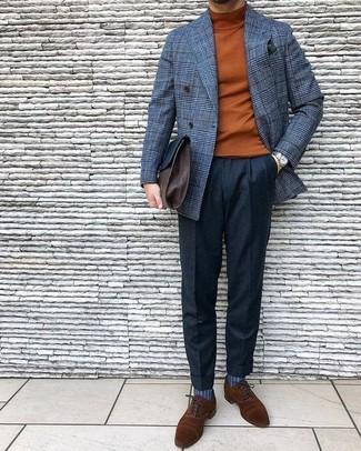 Cómo combinar: zapatos oxford de ante marrónes, pantalón de vestir de lana negro, jersey de cuello alto en tabaco, blazer cruzado de lana a cuadros gris