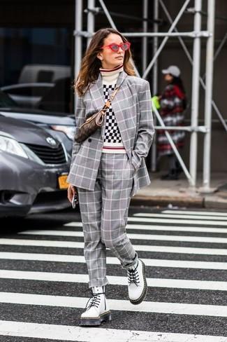Cómo combinar: botas planas con cordones de cuero blancas, pantalón de vestir de tartán gris, jersey de cuello alto de cuadro vichy en blanco y negro, blazer cruzado de tartán gris
