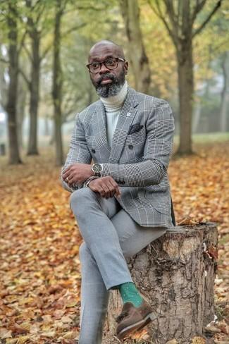 Cómo combinar: mocasín con borlas de ante en marrón oscuro, pantalón de vestir gris, jersey de cuello alto de punto blanco, blazer cruzado de tartán gris