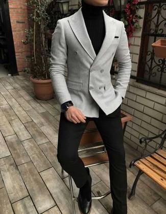 Cómo combinar: botines chelsea de ante negros, pantalón de vestir negro, jersey de cuello alto negro, blazer cruzado gris