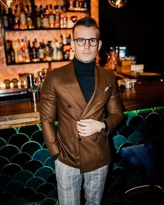 Cómo combinar: pañuelo de bolsillo estampado en beige, pantalón de vestir de tartán gris, jersey de cuello alto negro, blazer cruzado marrón