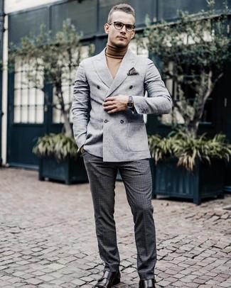 Cómo combinar: zapatos con doble hebilla de cuero en marrón oscuro, pantalón de vestir de lana a cuadros en gris oscuro, jersey de cuello alto marrón claro, blazer cruzado de lana gris