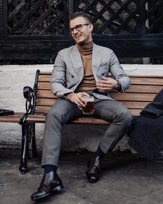 Cómo combinar: zapatos con doble hebilla de cuero en marrón oscuro, pantalón de vestir de lana a cuadros en gris oscuro, jersey de cuello alto marrón, blazer cruzado de lana gris