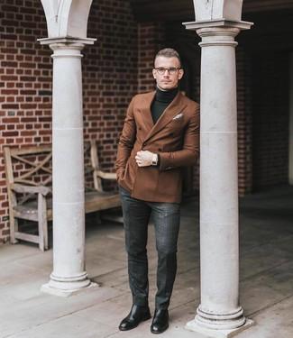 Cómo combinar: botines chelsea de cuero negros, pantalón de vestir de tartán en gris oscuro, jersey de cuello alto verde oscuro, blazer cruzado marrón