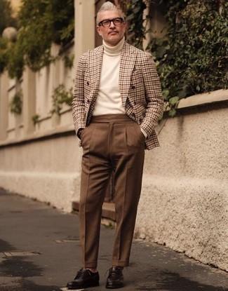 Combinar un jersey de cuello alto en beige: Elige un jersey de cuello alto en beige y un pantalón de vestir marrón para un perfil clásico y refinado. Zapatos derby de cuero en marrón oscuro son una opción estupenda para completar este atuendo.