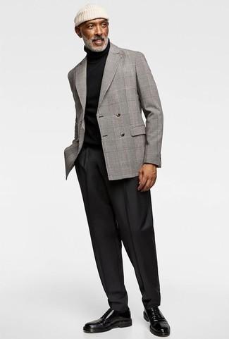 Combinar un gorro blanco: Para un atuendo tan cómodo como tu sillón equípate un blazer cruzado de tartán gris junto a un gorro blanco. Dale un toque de elegancia a tu atuendo con un par de zapatos derby de cuero negros.