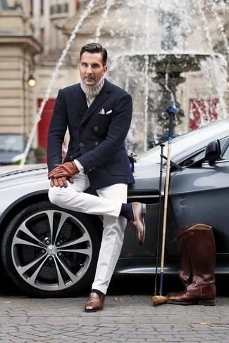 Combinar un blazer cruzado de lana azul marino: Intenta combinar un blazer cruzado de lana azul marino con un pantalón de vestir blanco para una apariencia clásica y elegante. ¿Quieres elegir un zapato informal? Haz mocasín de cuero marrón tu calzado para el día.