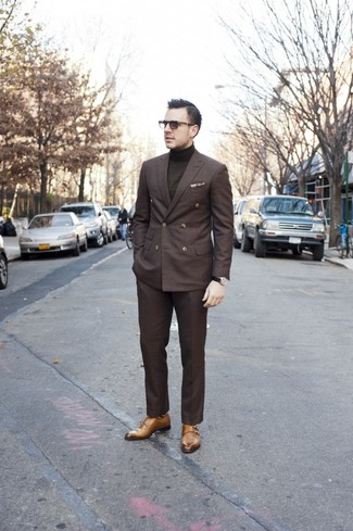 Cómo combinar: zapatos con doble hebilla marrón claro, pantalón de vestir en marrón oscuro, jersey de cuello alto verde oliva, blazer cruzado en marrón oscuro
