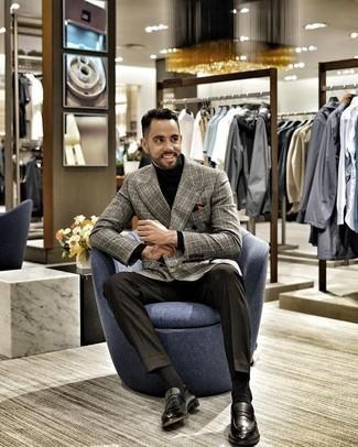 Outfits hombres en clima cálido: Usa un blazer cruzado de tartán gris y un pantalón de vestir en gris oscuro para un perfil clásico y refinado. Mocasín de cuero negro contrastarán muy bien con el resto del conjunto.