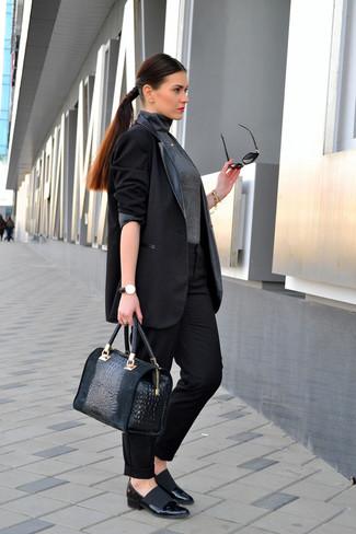Cómo combinar: zapatos de tacón de cuero negros, pantalón de vestir negro, jersey de cuello alto en gris oscuro, blazer de cuero negro