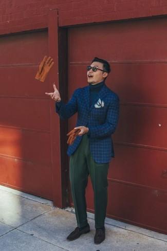 Cómo combinar: mocasín con borlas de ante en marrón oscuro, pantalón de vestir de lana verde oscuro, jersey de cuello alto azul marino, blazer de lana a cuadros azul