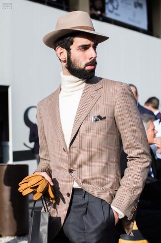 Cómo combinar: sombrero de lana en beige, pantalón de vestir negro, jersey de cuello alto en beige, blazer de tartán marrón claro