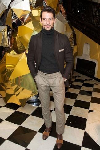 Cómo combinar: zapatos oxford de cuero en marrón oscuro, pantalón de vestir de lana en beige, jersey de cuello alto negro, blazer de lana en marrón oscuro