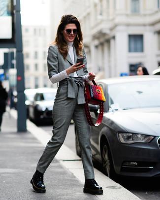 Cómo combinar: botas planas con cordones de cuero negras, pantalón de vestir de tartán gris, jersey de cuello alto blanco, blazer de tartán gris