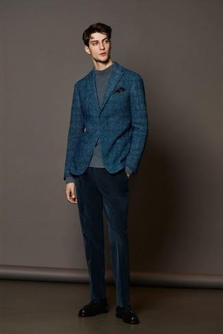 Cómo combinar: mocasín con borlas de cuero negro, pantalón de vestir de pana azul marino, jersey de cuello alto de punto gris, blazer de lana de tartán azul marino
