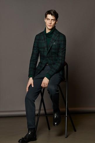 Cómo combinar: botas formales de cuero negras, pantalón de vestir azul marino, jersey de cuello alto verde oscuro, blazer de lana de tartán verde oscuro