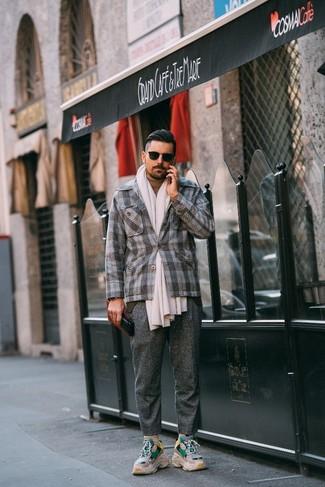 Cómo combinar: deportivas en beige, pantalón de vestir de lana gris, jersey de cuello alto marrón claro, blazer de lana de tartán gris
