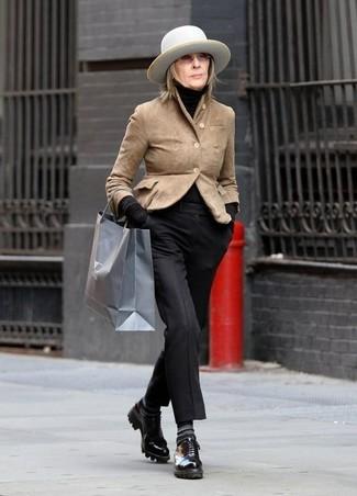 Cómo combinar: zapatos derby de cuero negros, pantalón de vestir negro, jersey de cuello alto negro, blazer de ante marrón claro