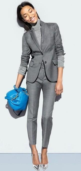 Cómo combinar: zapatos de tacón de cuero plateados, pantalón de vestir gris, jersey de cuello alto gris, blazer gris