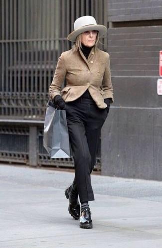 Cómo combinar: zapatos oxford de cuero negros, pantalón de vestir negro, jersey de cuello alto negro, blazer de ante marrón claro