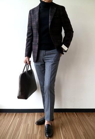 Cómo combinar: mocasín de cuero negro, pantalón de vestir de lana gris, jersey de cuello alto negro, blazer de lana de tartán en marrón oscuro
