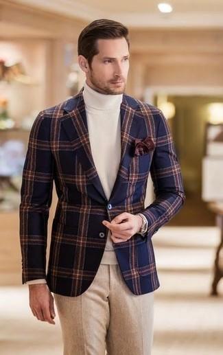Cómo combinar: pañuelo de bolsillo en marrón oscuro, pantalón de vestir de lana en beige, jersey de cuello alto blanco, blazer de lana a cuadros azul marino