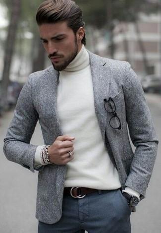 Cómo combinar: correa de cuero en marrón oscuro, pantalón de vestir de lana en gris oscuro, jersey de cuello alto blanco, blazer de lana gris