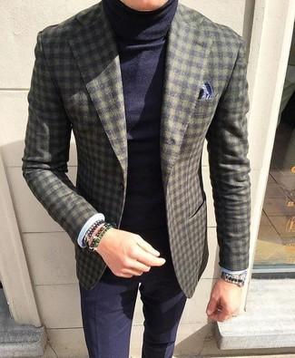 Cómo combinar: pañuelo de bolsillo estampado azul marino, pantalón de vestir azul marino, jersey de cuello alto azul marino, blazer de lana a cuadros verde oliva