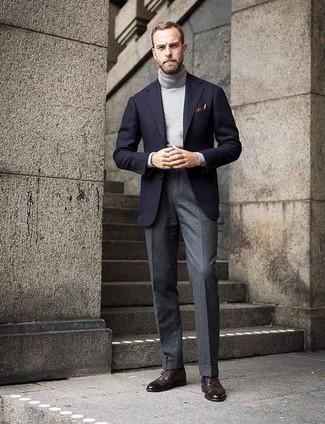 Combinar un blazer de lana negro: Opta por un blazer de lana negro y un pantalón de vestir de lana gris para rebosar clase y sofisticación. ¿Quieres elegir un zapato informal? Opta por un par de zapatos brogue de cuero en marrón oscuro para el día.