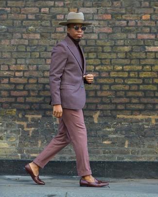 Cómo combinar: mocasín con borlas de cuero marrón, pantalón de vestir rosado, jersey de cuello alto burdeos, blazer en violeta