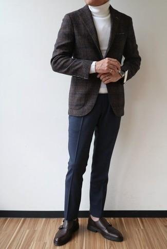 Cómo combinar: zapatos con hebilla de cuero en marrón oscuro, pantalón de vestir azul marino, jersey de cuello alto blanco, blazer de lana de tartán en gris oscuro