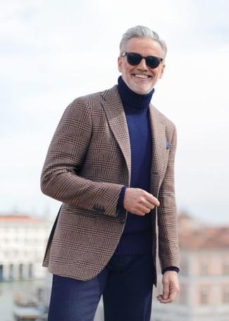 Cómo combinar: pañuelo de bolsillo azul marino, pantalón de vestir azul marino, jersey de cuello alto azul marino, blazer de tartán marrón