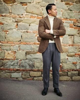 Cómo combinar: zapatos oxford de cuero negros, pantalón de vestir en gris oscuro, jersey de cuello alto de lana blanco, blazer de lana de tartán marrón