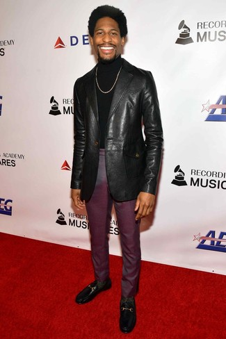 Cómo combinar: mocasín de cuero negro, pantalón de vestir morado oscuro, jersey de cuello alto negro, blazer de cuero negro