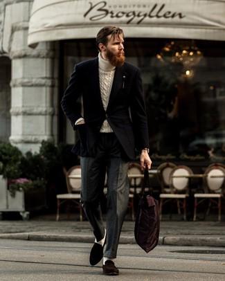 Cómo combinar: mocasín de ante en marrón oscuro, pantalón de vestir de lana en gris oscuro, jersey de cuello alto de punto en beige, blazer negro