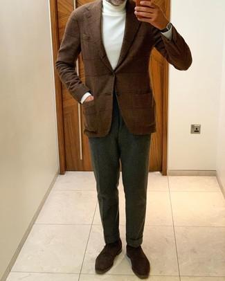 Combinar un pantalón de vestir verde oscuro: Ponte un blazer de lana de tartán marrón y un pantalón de vestir verde oscuro para una apariencia clásica y elegante. Zapatos derby de ante en marrón oscuro son una opción incomparable para complementar tu atuendo.