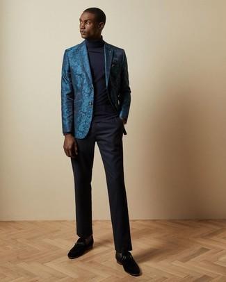 Cómo combinar: mocasín de ante negro, pantalón de vestir azul marino, jersey de cuello alto azul marino, blazer de brocado en verde azulado