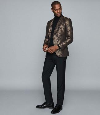 Cómo combinar: zapatos oxford de cuero negros, pantalón de vestir negro, jersey de cuello alto negro, blazer estampado dorado