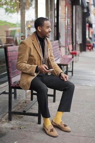 Combinar un pantalón de vestir en gris oscuro: Usa un blazer de pana marrón claro y un pantalón de vestir en gris oscuro para una apariencia clásica y elegante. Mocasín con borlas de ante marrón claro son una opción buena para complementar tu atuendo.